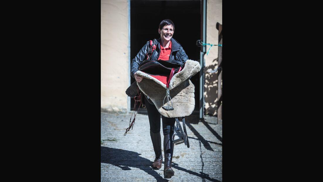 """Ausprobiert: CAVALLO-Redakteurin Lisa Rädlein probierte für unsere Reihe """"Lisa in fremden Sätteln"""" dieses Mal den Distanzsattel aus."""