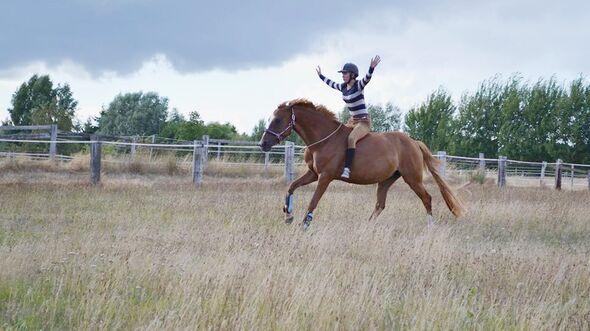 CAV CEWE Fotowettbewerb 2013 Leserfotos Marleen Baar - Lesertext: Das sind ich und meine DeutscheReitpferde Stute Amonett . Sie ist 7 Jahre alt :)  Auf den Bildern sieht man uns mal außerhalb des Dressurtrainings und dem Turniertroubel.  Beim Flitzen mit