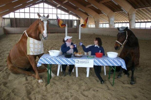 CAV CEWE Fotowettbewerb 2013 Leserfotos Melanie Hogl - Lesertext: Bild1: der schönste platz auf erden ist am tisch mit unsren pferden!