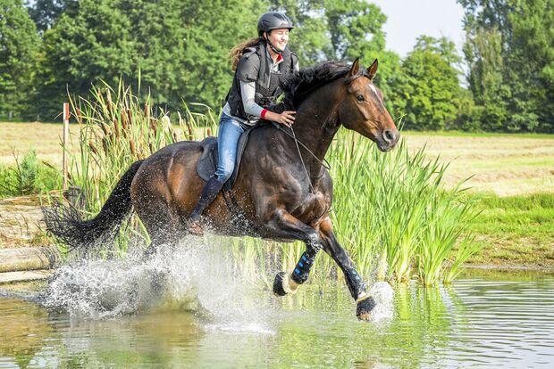 CAV Lisa Röckener reitet durch Wasser