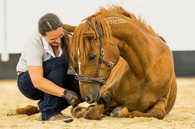 CAV Vivian Gabor mit Pferd liegend