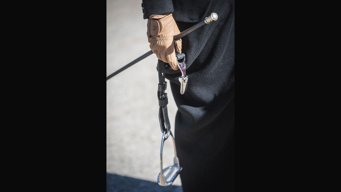 CAVALLO-Fotografin Lisa Rädlein probiert das Reiten im Damensattel aus.