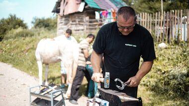 Die Hilfsorganisation Equiwent um Hufschmied Markus Raabe setzt sich in Nordostrumänien für Arbeitspferde, Hunde und Menschen ein.