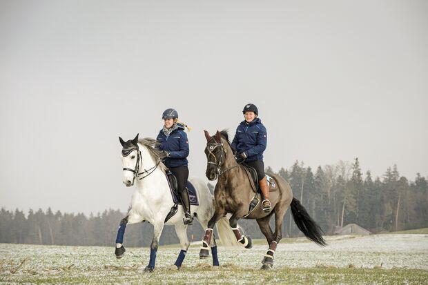 Galopp im Gelände, zwei Reiter