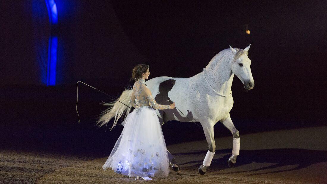Showstar Alizée Froment mit ihrem Schimmel Sultan - Harmonie auf kleinsten Fingerzeig.
